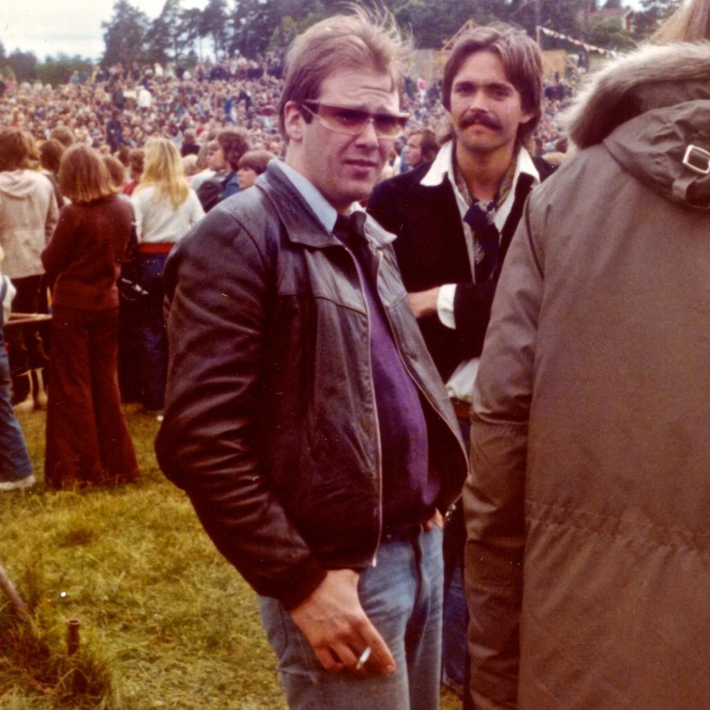 Backstage på Ragnarokkfestivalen i Holmenkollen, 1973. Med sigaretten i hånda var jeg nesten popstjerne allerede.