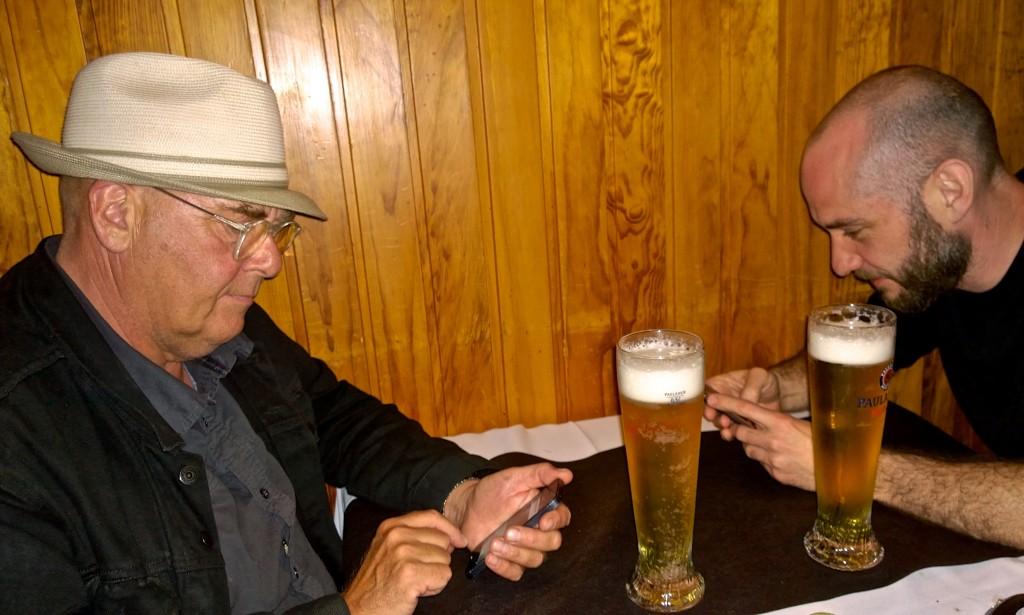 Moderne pub-samtale: Vi snakker med alle, bortsett fra de i samme rom.